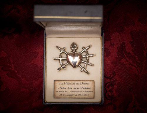 Broche a Ntra. Sra. de la Victoria con motivo del 50 Aniversario de su Bendición y Concesión de la Insignia de Oro de la Hermandad de la Entrada en Jerusalén a Nuestra Señora de los Dolores.